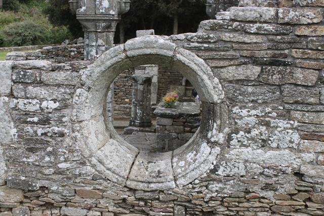 Ruine de la chapelle Languidou à Plovan (64)